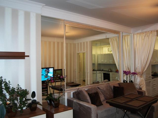 Зеркало больших размеров на стене в гостинной