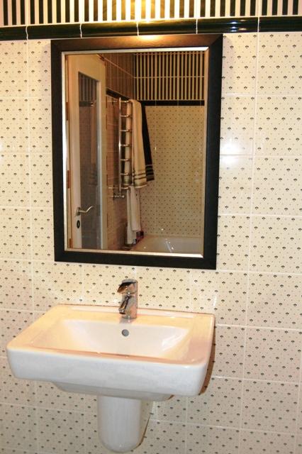 Интерьер в ванной комнате с шахтинской плиткой
