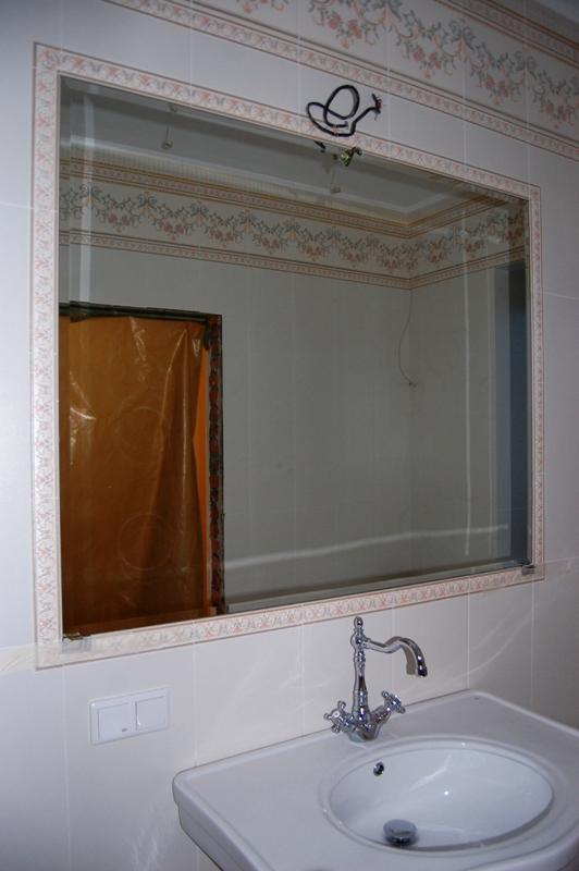 Зеркало на стене из плитки, вклеено в подготовленное место
