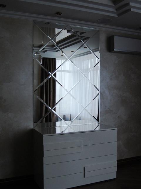 зеркальное панно с фацетом, наклеенное на стену.