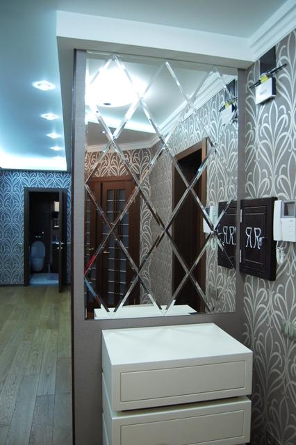 Зеркальная плитка на стене с фацетом в виде панно
