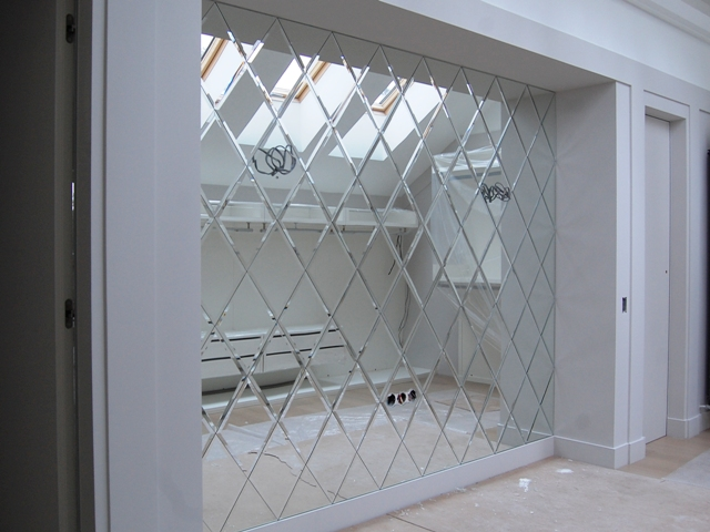 Пример использования зеркальной плитки в создании зеркального панно.