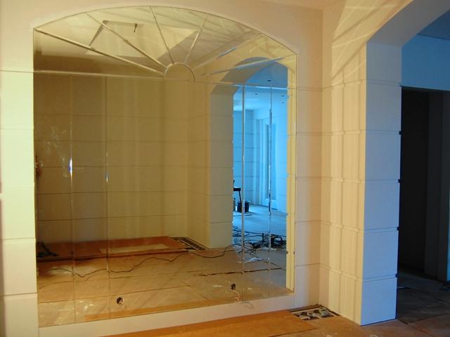 Общий вид панно из зеркальных элементов различного типа, криволинейных, сегментных, радиусных.