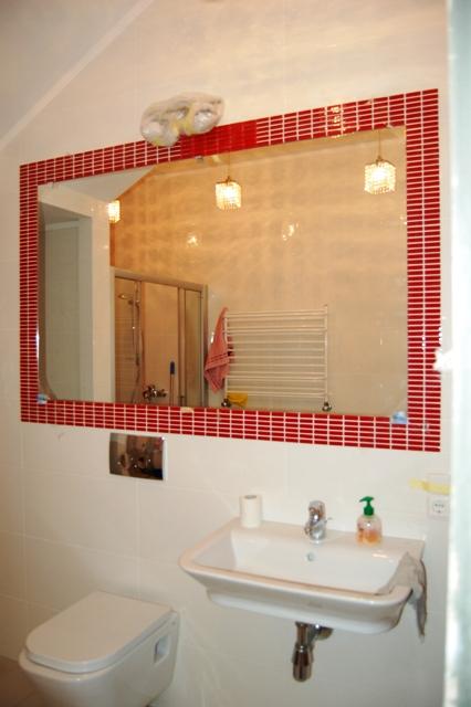 Зеркало установлено в ванной комнате
