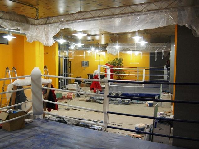 Зеркальная стена. Зеркала больших размеров на стене в тренировочном зале. Боксерский ринг.