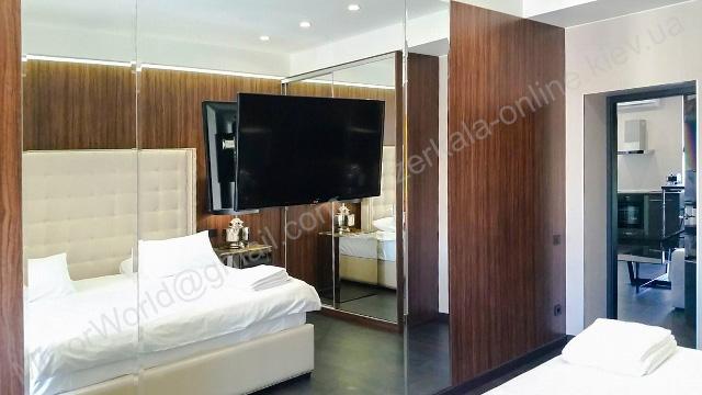 Огромная стена из зеркала для спальни на заказ