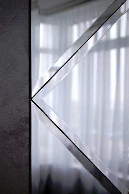 Вид боковой грани зеркального панно.