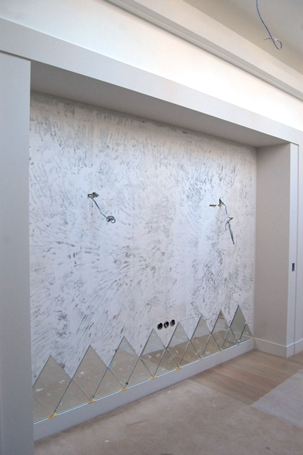 Начало монтажа зеркального панно. Панно из зеркальной плитки в целом вписывается в габариты отведенные для монтажа.