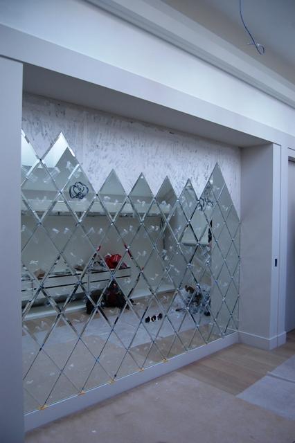Места креплений под светильники расположены по центру элементов панно из зеркальной плитки