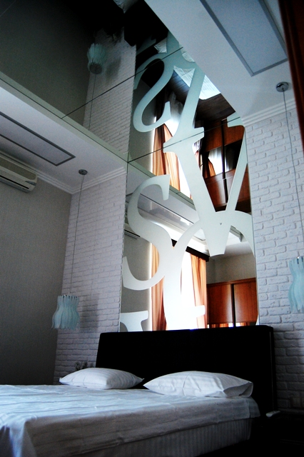Стилизованные интерьерные зеркала в спальне.