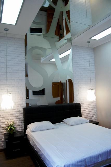 Интерьерные зеркала совместно с подсветкой выполняют свою роль по насыщению пространства.