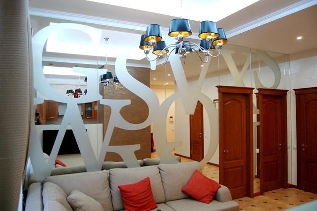 Интерьерное зеркало больших размеров на всю стену от потолка до пола, от угла до угла