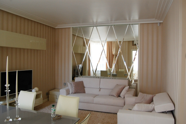 Зеркальные панно на стене в виде зеркальной плитки с фацетом