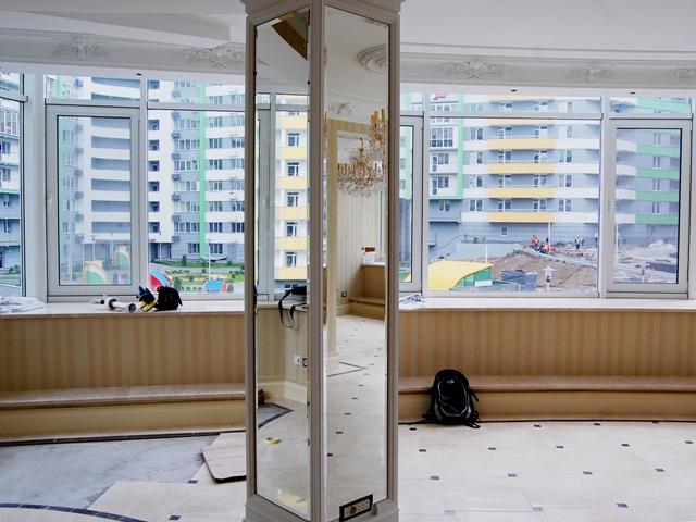 Зеркало с фацетом на колонне в гостинной.