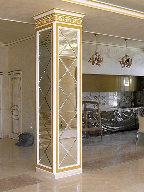 Колонна с зеркальной плиткой.