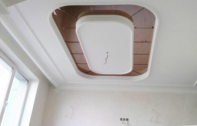 Зеркальное панно криволинейной формы на потолке