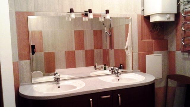 Навесное зеркало в ванную на заказ