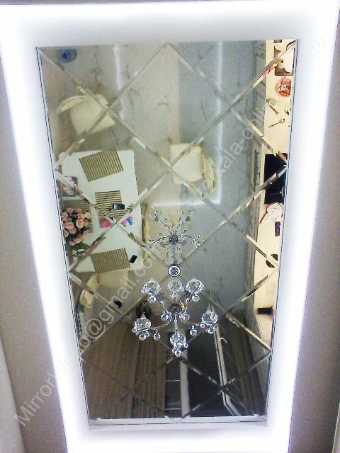 Кухонный потолок с зеркальным панно