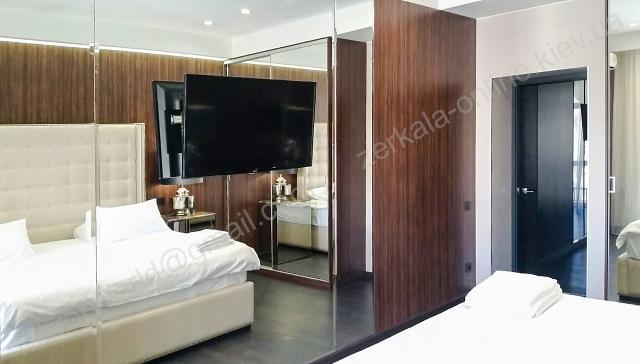 Зеркало в спальне на всю стену