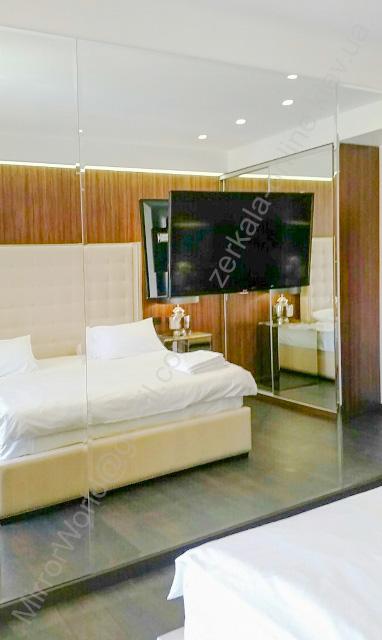 Зеркальная стена в спальной